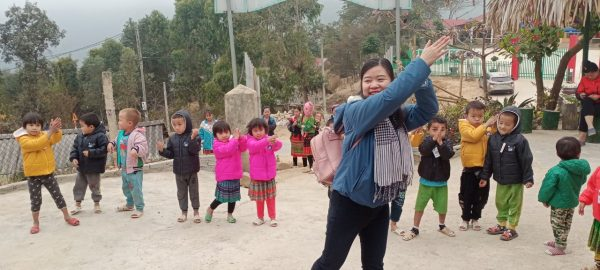 Các cô giáo giao lưu cùng các bạn nhỏ của điểm trường