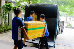 """Các bạn nhỏ tự tay đóng gói và vận chuyển những vật phẩm để gửi đến các bạn nhỏ tại Trường Tiểu học A Ngo thuộc huyện Đakrông, tỉnh Quảng Trị trong chiến dịch """"Áo ấm tặng bạn"""